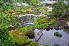 Ein schöner Garten in einem Hotel Stockfotos
