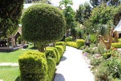 Ein schöner Garten und eine Skulptur in einem Hotelmittel Stockfoto