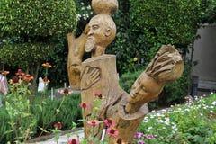 Ein schöner Garten und eine Skulptur in einem Hotelmittel Stockbild