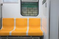 Ein schöner gelber U-Bahnstuhl lizenzfreies stockbild