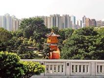 Ein schöner goldener Pavillon im Garten stockfotografie