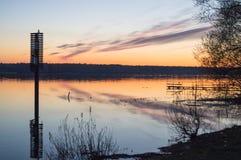 Ein schöner goldener Sonnenuntergang auf dem Fluss Lizenzfreie Stockfotos