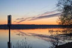 Ein schöner goldener Sonnenuntergang auf dem Fluss Lizenzfreie Stockfotografie