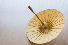 Ein schöner hölzerner Regenschirm Lizenzfreie Stockfotos