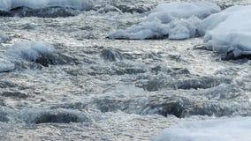 Ein schöner haarscharfer Strom im Winter mit Schnee fließt Holz durch stock footage