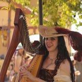 Ein schöner Harpist am Arizona-Renaissance-Festival Lizenzfreie Stockbilder