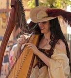 Ein schöner Harpist am Arizona-Renaissance-Festival Stockfotografie