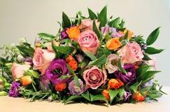 Ein schöner heller Brautrosen-Blumenstrauß Stockbild