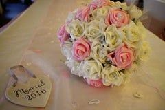Ein schöner heller Brautrosen-Blumenstrauß mit keramischem verheiratetem im Jahre 2016 Herzen Stockfoto