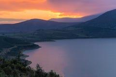 Ein schöner Himmel umfasst den See lizenzfreie stockfotografie