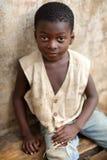 Ein schöner Junge in einem Elendsviertel in Accra, Ghana Lizenzfreie Stockbilder