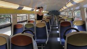 Ein schöner kaukasischer weiblicher Tourist allein nimmt ein selfie im leeren Salon der Untergrundbahn, die an der Station ist stock footage