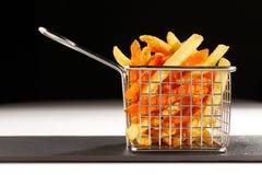 Ein schöner Korb der gebratenen Chips Lizenzfreie Stockfotografie