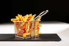 Ein schöner Korb der gebratenen Chips Lizenzfreies Stockbild