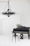 Ein schöner Leuchter und ein Klavier Stockfotografie