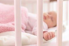 Ein schöner neugeborener Schlaf Lizenzfreies Stockfoto