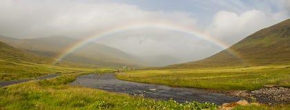 Ein schöner Regenbogen in einer wilden Landschaft Lizenzfreie Stockfotografie