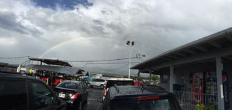 Ein schöner Regenbogen und Autos Stockfoto