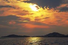 Ein schöner romantischer Sonnenuntergang auf Meer Lizenzfreies Stockfoto