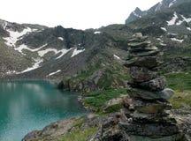 Ein schöner See inmitten der schneebedeckten Berge lizenzfreie stockbilder