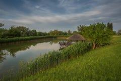 Ein schöner See und ein Gazebo auf ihm Natur Lizenzfreie Stockfotos