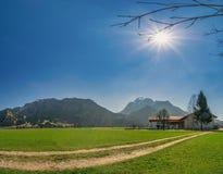 Ein schöner Sommertag im südlichen Bayern, welches die Alpen aufpasst stockbilder