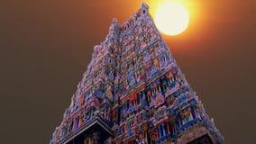 Ein schöner Sonnenaufgang am hindischen Tempel in Indien stock video