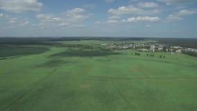 Ein schöner Sonnenuntergang über dem russischen Dorf Felder und Bäume herum Antenne und Videodreh stock footage
