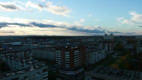 Ein schöner Sonnenuntergang über der Stadt stock footage