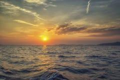 Ein schöner Sonnenuntergang auf Meer Stockfotografie