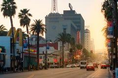 Ein schöner Sonnenuntergang glänzt hinunter den berühmten Hollywood Boulevard Sonnenuntergangstreifen im LA, Kalifornien, USA stockbilder