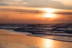 Ein schöner Sonnenuntergang am Strand Stockbilder