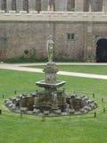 Ein schöner Steinwasser-Brunnen lizenzfreie stockbilder