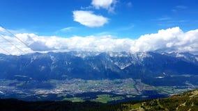 Ein schöner Tag in den Alpen stockfotos