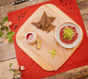 Ein schöner Teller des Fleisches ist auf dem Tisch Stockfotos