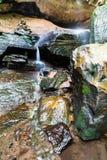 Ein schöner Waldwasserfall lizenzfreie stockfotos