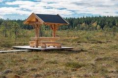 Ein schöner Weg durch einen großen Sumpf in Storfors Schweden Lizenzfreies Stockfoto