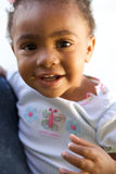 Ein schönes Afroamerikaner-Schätzchenlächeln stockfotografie