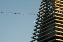 Ein schönes Bild der Rohre auf dem Oberdeck des Schiffs gegen den blauen Himmel lizenzfreie stockfotografie