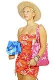 Ein schönes blondes Mädchen, das zum Strand geht Stockbilder