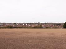 Ein schönes Brown-Feld mit Blick auf die Stadt im Abstand Lizenzfreies Stockbild