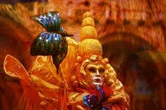 ein schönes goldenes Kostüm ist eine beunruhigende Maske stockbild