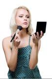 Ein schönes junges blondes Handelnmake-up lizenzfreies stockbild