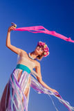 Ein schönes junges blondes Mädchen, das auf dem Strand aufwirft Stockfotos