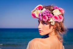 Ein schönes junges blondes Mädchen, das auf dem Strand aufwirft Stockfotografie