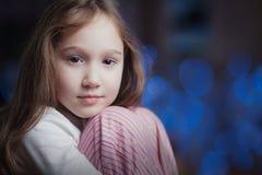 Ein schönes junges Mädchen kräuselte sich Kamera oben, betrachtend Lizenzfreies Stockfoto