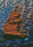 Ein schönes künstlerisches Bild eines Felsens in einem Wasser stockbild