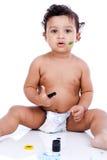 Ein schönes Kind, das mit seinen Anstrichen spielt Lizenzfreies Stockbild