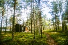 Ein schönes kleines hölzernes Gebäude mitten in finnischem Wald Lizenzfreies Stockfoto