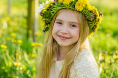 Ein schönes kleines Mädchen läuft durch einen blühenden Garten im s Lizenzfreie Stockfotos
